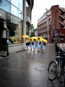 Siswa Jepang berangkat ke sekolah