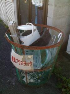 Di tempat sampah ini saya menemukan rice cooker, DVD player, dan headset.