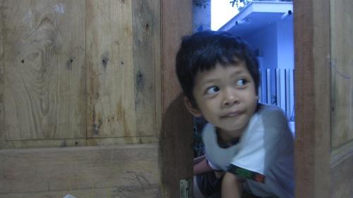 Fafa bersembunyi di balik pintu