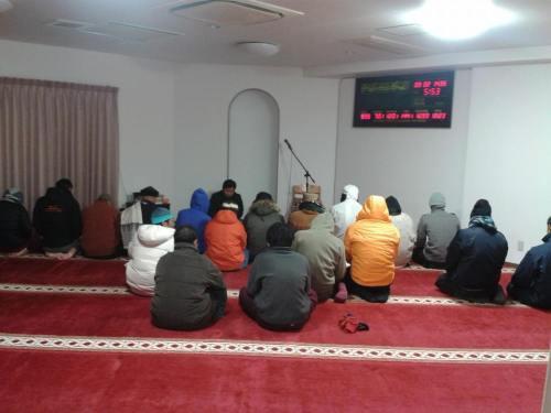 Segelintir jamaah sholat Subuh, bersama ikhwan Indonesia, Afghanistan, dan Mesir