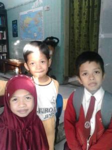 Husna, Fafa, dan Fatih bersiap berangkat ke SDIT Luqmanul Hakim