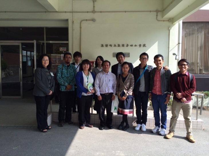 Saya bersama rekan Teacher Training (2014) mengunjungi sebuah SMP